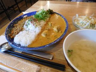 富山ランチブログ隊 アオヤギ食堂 あいがけカレー(温玉付き)+味噌汁