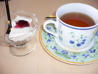 富山ランチブログ隊 カフェブルーリーブス 食後のデザート(ダージリン紅茶+豆乳のレアチーズケーキ)